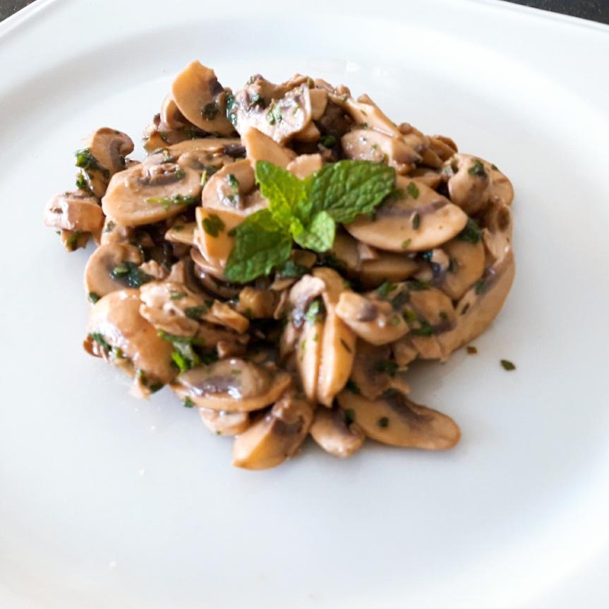 Salade de champignons aux herbes fraîches et à lamoutarde